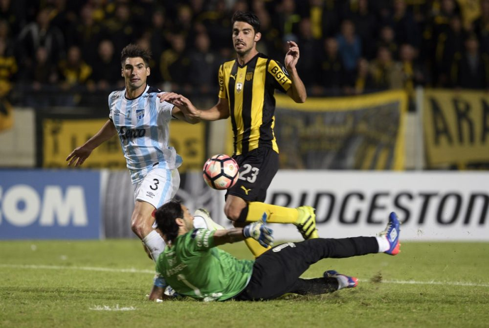 Uruguay's Penarol Gaston Rodriguez (C) scores his team's second goal against Argentina's Atletico Tucuman during their Libertadores Cup football match at the Campeones del Siglo Stadium in Montevideo on March 16 , 2017. / AFP PHOTO / MIGUEL ROJO