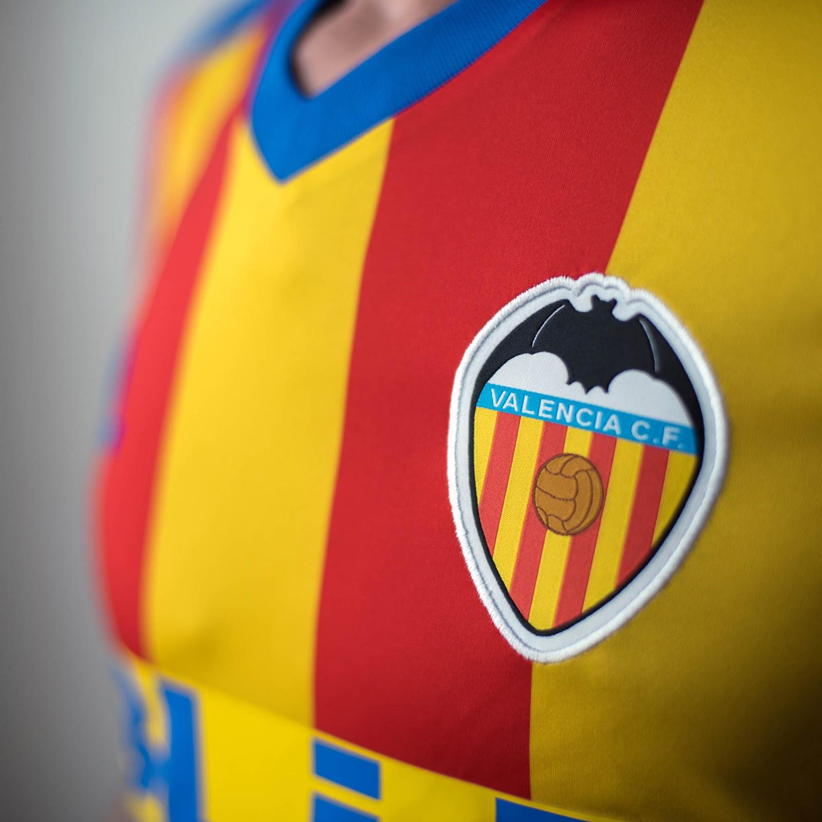 valencia-17-18-away-shirt-crest